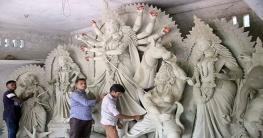 আসন্ন শারদীয় দূর্গা পূজা উপলক্ষে প্রতিমা তৈরিতে ব্যস্ত কারিগররা